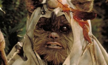 Kenny-Baker-as-Paploo-the-Ewok-in-Star-Wars-Return-of-the-Jedi