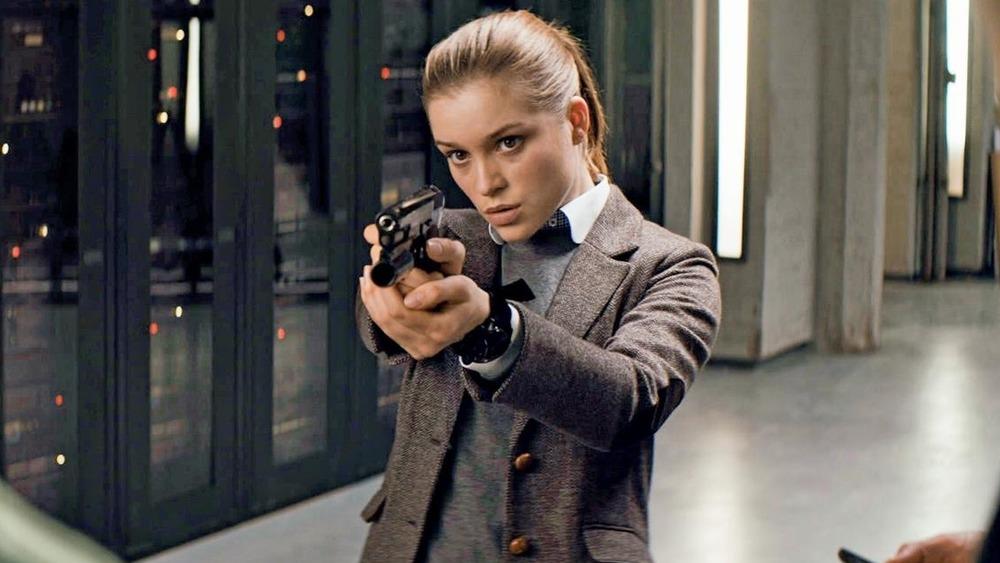 Roxy aiming gun