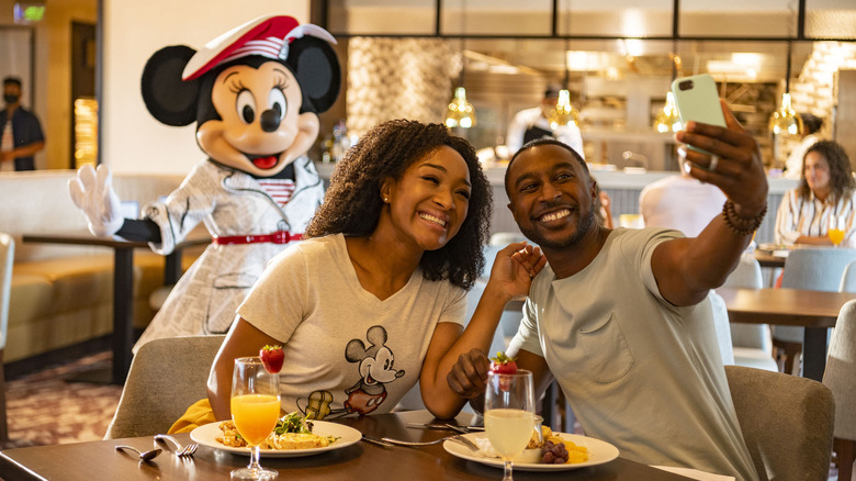 A couple dines with Minnie Mouse at Walt Disney World