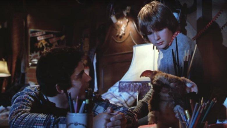 Zach Galligan, Corey Feldman, and Gizmo in Gremlins